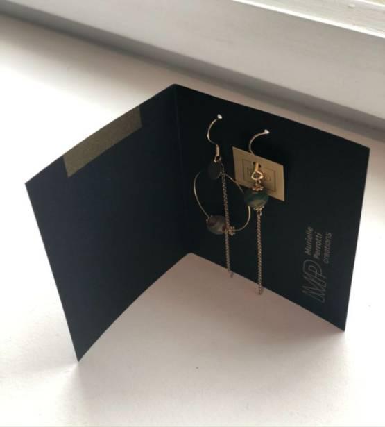 Assymetrische goudkleurig oorbellen met hanger en verschillende stenen