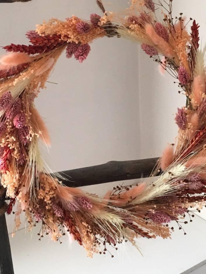 droogkrans pastel pastelkleuren met phalarys, tarwe, broom bloem, lagarus