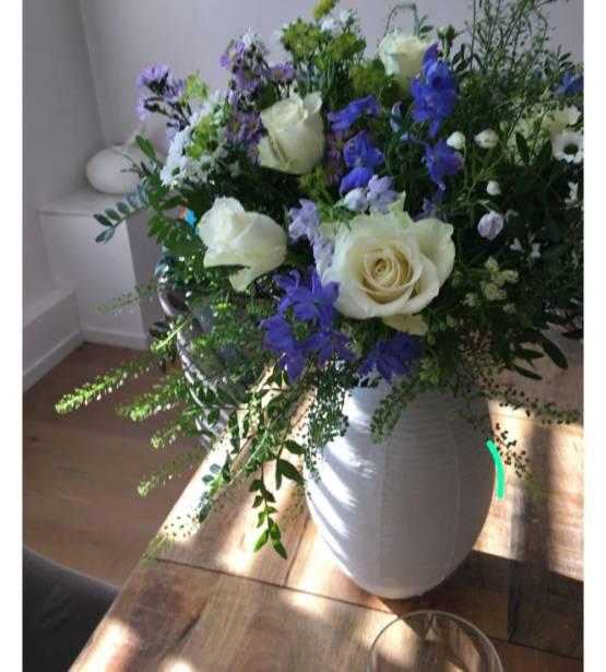 Boeket paarse en blauwe tinten met witte rozen